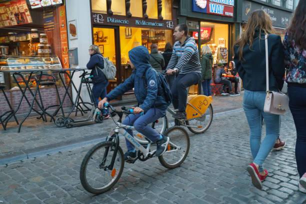 mysigt bryssel gatuliv. - walking home sunset street bildbanksfoton och bilder