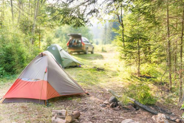 居心地の良いテントや車でキャンプ - キャンプ ストックフォトと画像