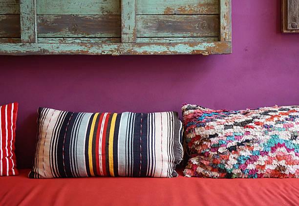 gemütliche farbenfrohen muster deko-kissen - gepolsterte bank stock-fotos und bilder