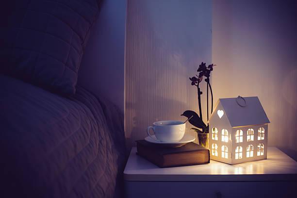 soirée confortable chambre - tasse flat photos et images de collection