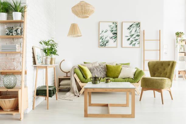 gemütliche, grüne wohnzimmer - kissen grün stock-fotos und bilder