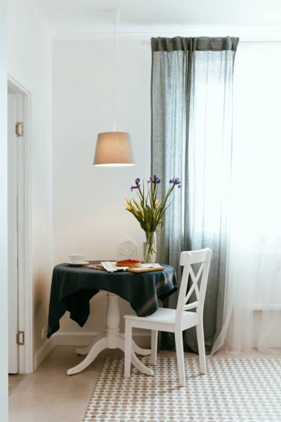 gemütliches zuhause frühstück mit den beeren-kuchen. zimmerreinigung, organisation, minimalismus - küche deko blog stock-fotos und bilder