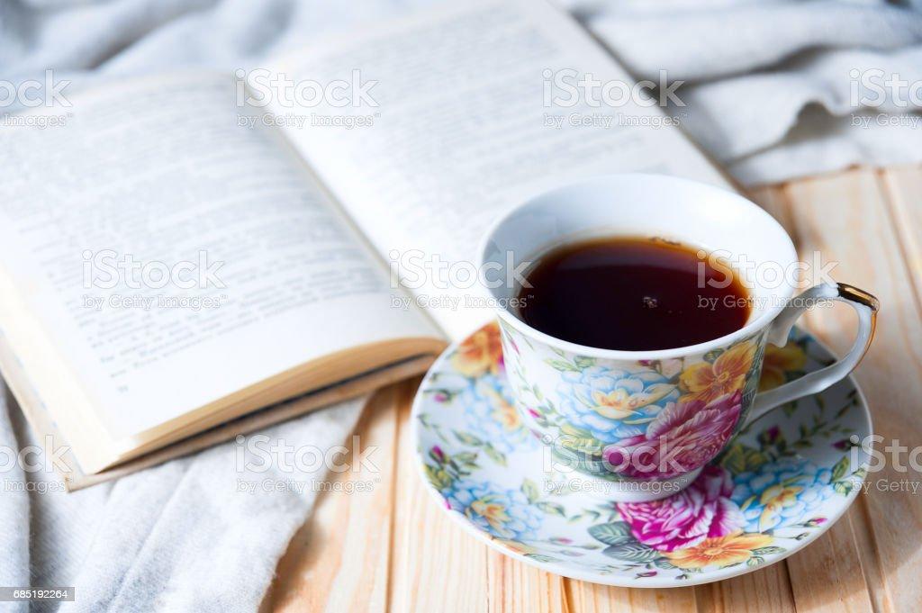 Gemütlich zu Hause Still-Leben: Tasse heißen Kaffee oder Tee und aufgeschlagenes Buch mit warmen Plaid – Foto