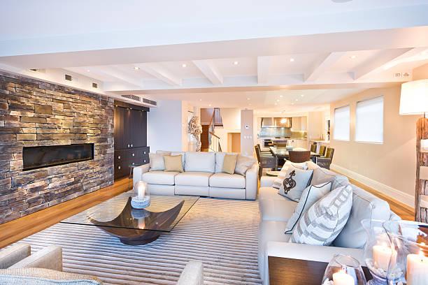 Gemütliches Wohnzimmer mit einer Steinmauer – Foto