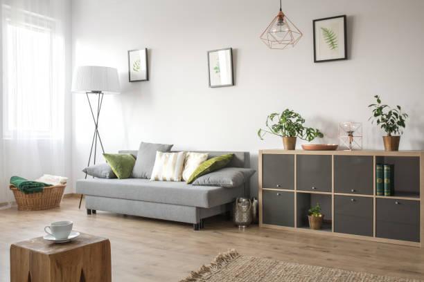 gemütliches wohnzimmer mit sofa - kleinmöbel stock-fotos und bilder