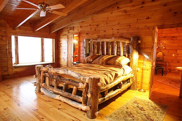 gemütlichen blockhütte schlafzimmer - cottage schlafzimmer stock-fotos und bilder