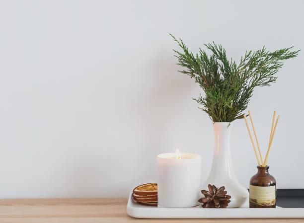 gemütliche moderne home details. - herbst kerzen stock-fotos und bilder