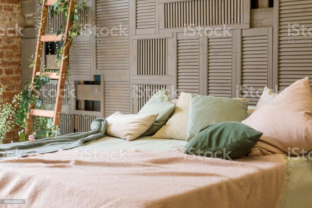 Gemütliche pastellfarben schlafzimmer mit braunen holzwänden und