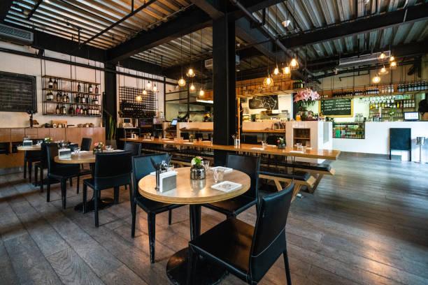acogedor restaurante para reunirse con amigos - restaurante fotografías e imágenes de stock