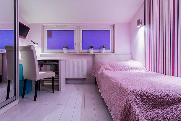 gemütliche zimmer für mädchen - lila teenschlafzimmer stock-fotos und bilder