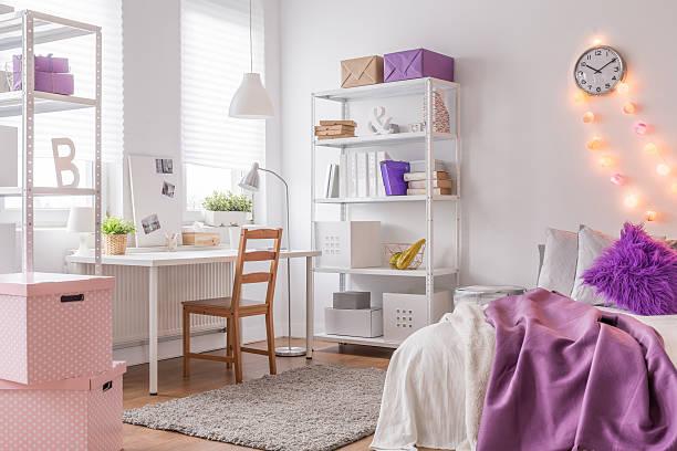 gemütliche zimmer für teenager-mädchen - lila teenschlafzimmer stock-fotos und bilder
