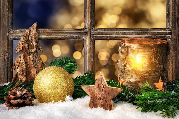 gemütlichen seasonal dekoration auf der fensterbank - fensterdeko herbst stock-fotos und bilder