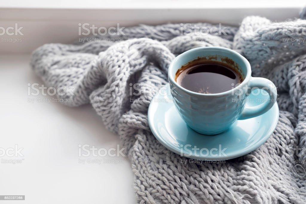 confortable couverture gris doux avec une tasse de café - Photo