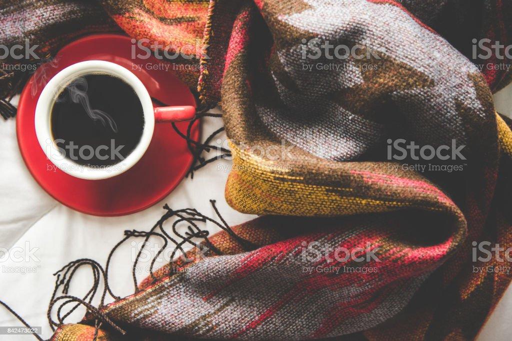Fondo casa de invierno acogedor, taza de café caliente con malvavisco, suéter hecho punto caliente en el fondo de la cama blanca, tono vintage.  Concepto de estilo de vida - foto de stock