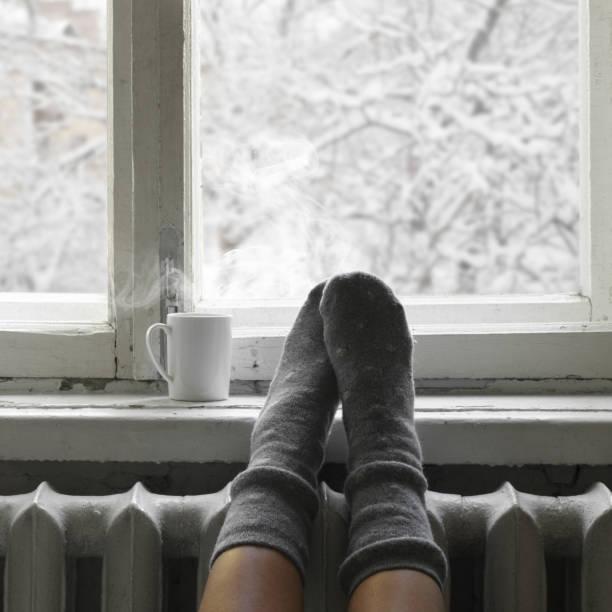 acogedor invierno vida - frío fotografías e imágenes de stock