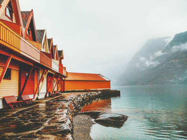Gemütlichen Landhäuser hölzernen Terrasse außen Berge und Blick auf den Fjord in Norwegen skandinavischen Stil – Foto