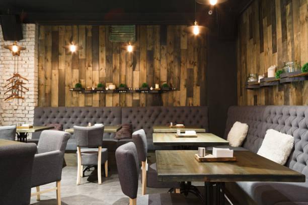 gemütliche holz-interieur des restaurants, textfreiraum - restaurant inneneinrichtung stock-fotos und bilder