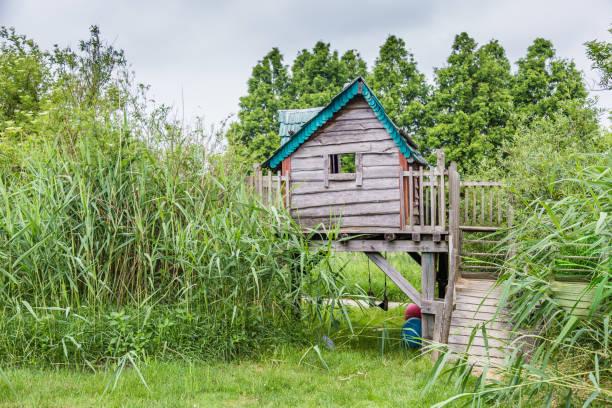 Gezellige woorden playhouse in een groene tuin foto