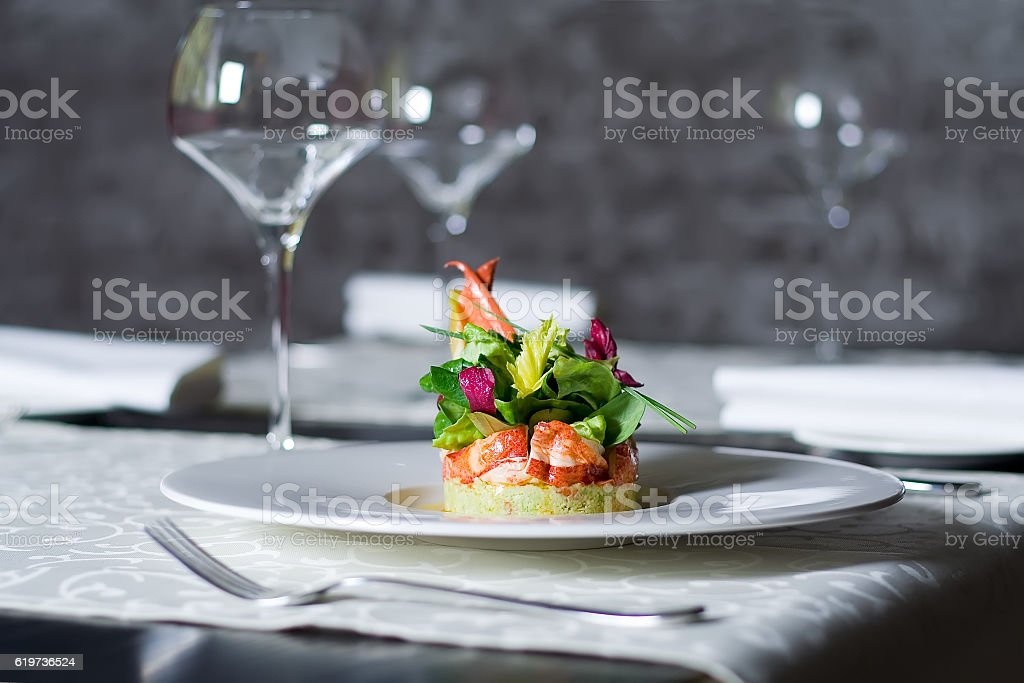 Crab meat appetizer, seafood delicacy in restaurant interior - foto de stock