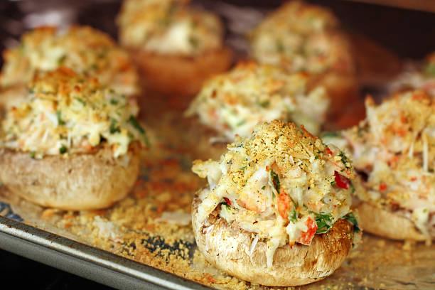 krabben gefüllte pilze im ofen backen - gebackene champignons stock-fotos und bilder
