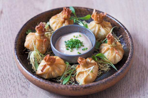 krabben sie-wonton mit pikanten mayo - knödel kochen stock-fotos und bilder