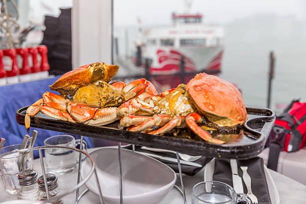 crabs dish at san francisco downtown piers - krab gerecht stockfoto's en -beelden