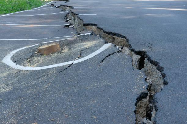 Crack auf Asphalt Landstraße. beschädigte eingestürzten Straße – Foto