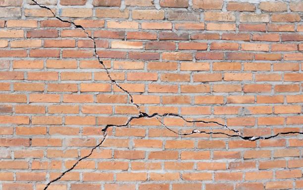 pęknięty fundament z cegły - popękany zdjęcia i obrazy z banku zdjęć