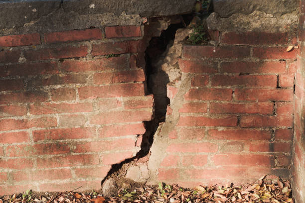 Cracked brickwall Cracked brickwall collapsing stock pictures, royalty-free photos & images