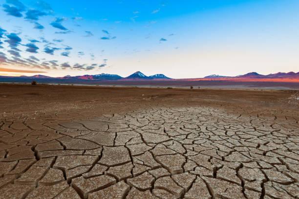 智利阿塔卡馬沙漠的土層和利坎卡布林火山 - 阿爾蒂普拉諾山脈 個照片及圖片檔