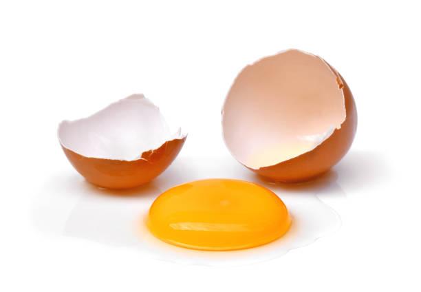 kırık yumurta ile yumurta kabuğu, yumurta sarısı ve beyaz yumurta beyaz arka plan üzerinde izole - yumurta sarısı stok fotoğraflar ve resimler