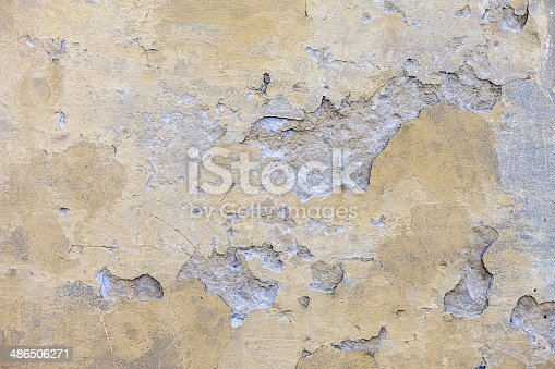 istock Cracked stone wall background 486506271