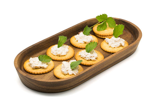 Cracker with tuna salad in a wooden tray – Foto
