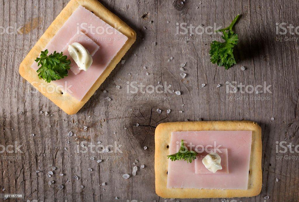 Cracker mit Schinken und roumulade-sauce – Foto