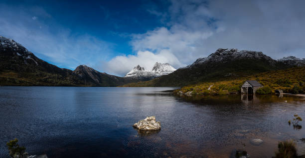 cradle mountain. - cradle mountain stock photos and pictures