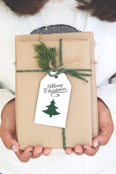 handwerk und handarbeit weihnachten präsentieren geschenkboxen - partylabels stock-fotos und bilder