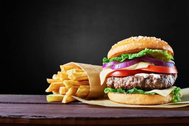 Ofício carne de hambúrguer e batatas fritas. - foto de acervo