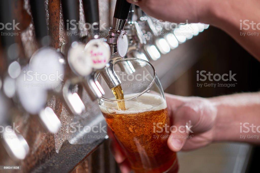 Pour Pint de cerveja artesanal - foto de acervo