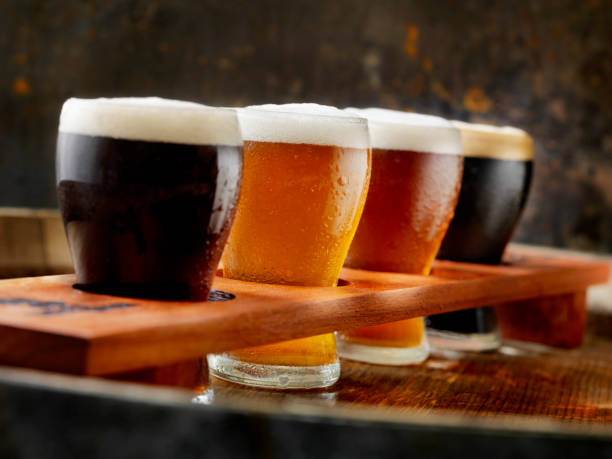 craft beer sampler tray - assaggiare foto e immagini stock
