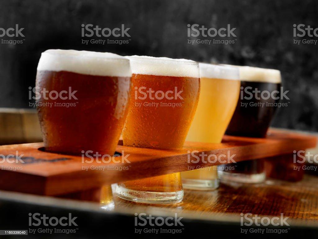 크래프트 맥주 샘플러 트레이 - 로열티 프리 0명 스톡 사진
