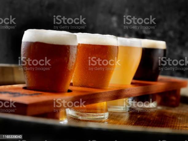크래프트 맥주 샘플러 트레이 0명에 대한 스톡 사진 및 기타 이미지
