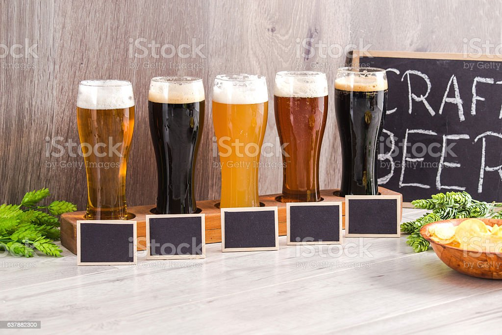 Craft Beer Tasting (Wood Background). – zdjęcie