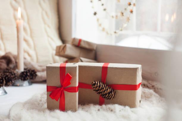 fertige weihnachtsgeschenke auf fensterbank, urlaub, gemütlichen wohnkonzept - schal mit sternen stock-fotos und bilder