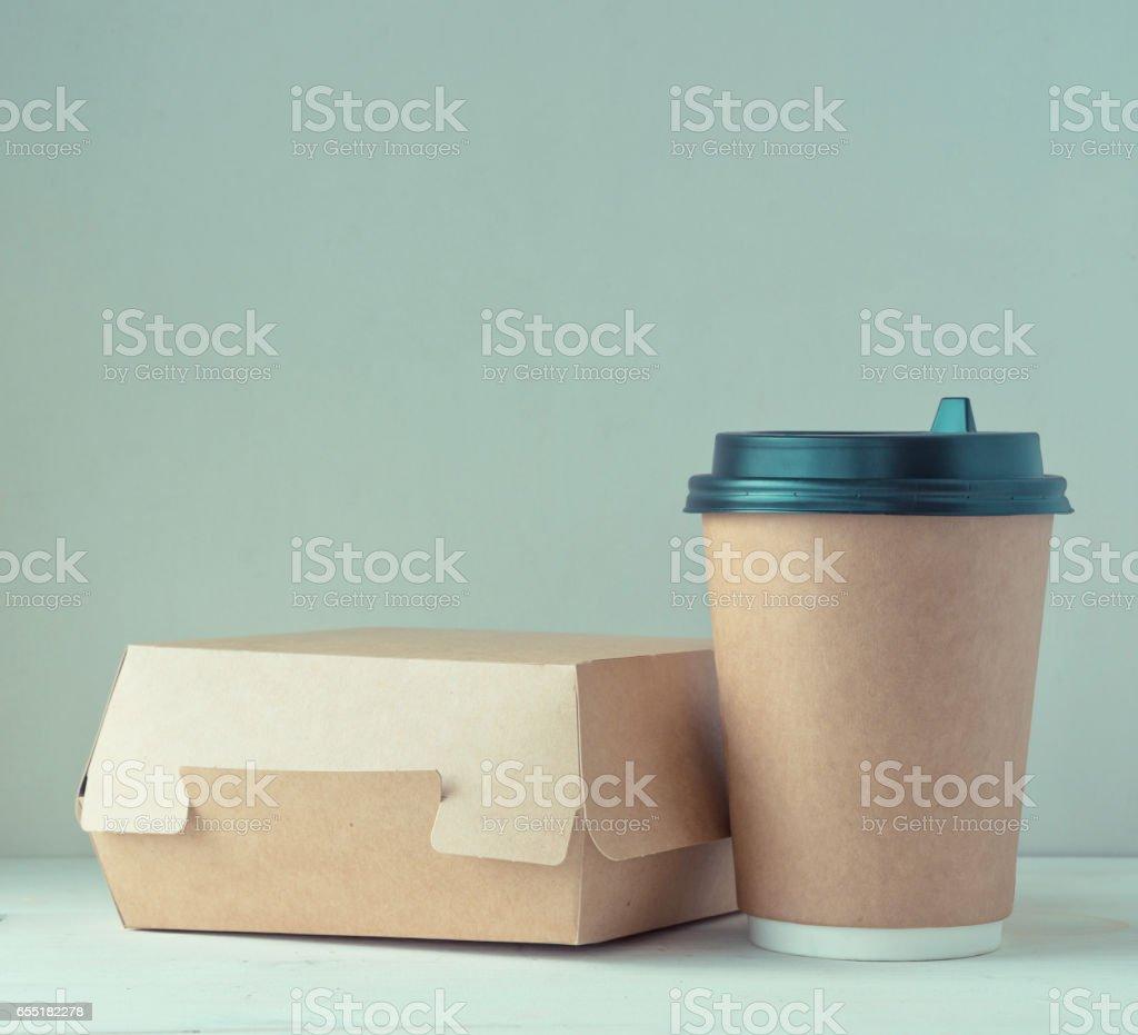 boîte de coupe et de l'alimentation de café en papier Craft sur la table - Photo