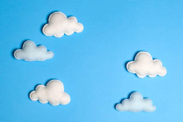 fertige weiße wolken am blauen himmel mit rahmen, exemplar. handgemachte filz spielzeug. abstrakte himmel. - filzunterlage stock-fotos und bilder