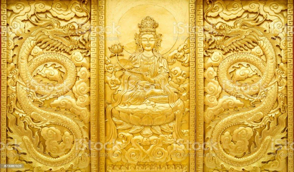 Handwerk aus Holz mit Goldfarbe Guan Yin China Gottes mit Drachen – Foto