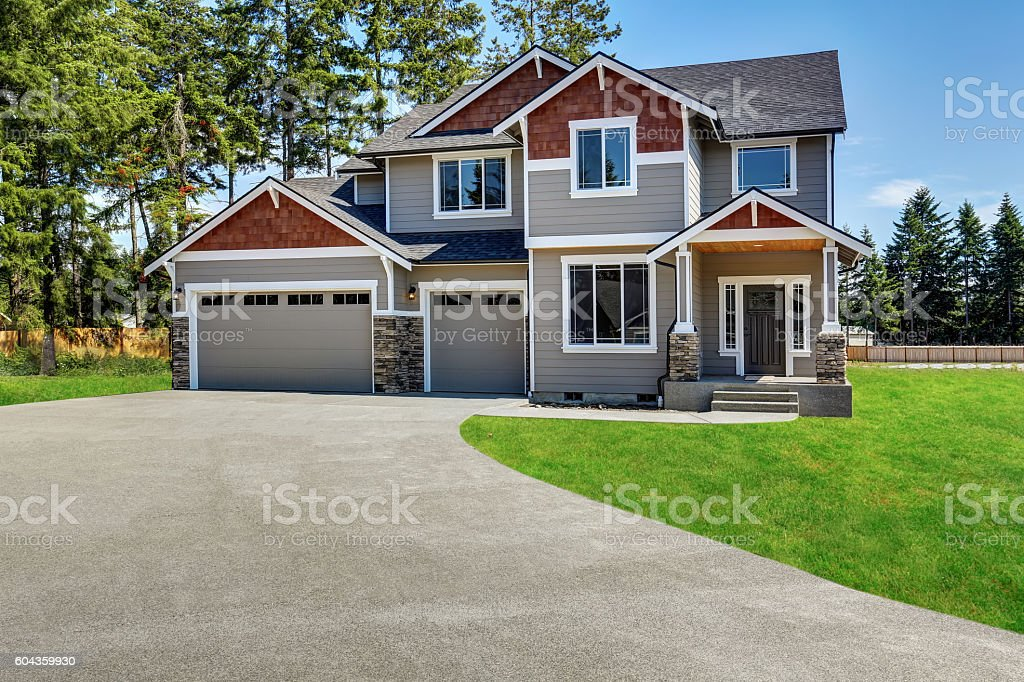 Craftsman American House With Garage And Concrete Floor Porch