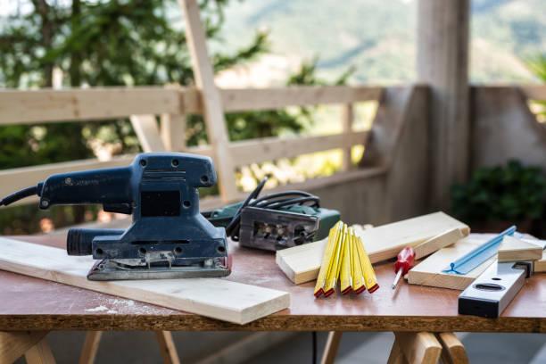 ambachtsman aan het werk op houten planken. - elektrisch gereedschap stockfoto's en -beelden