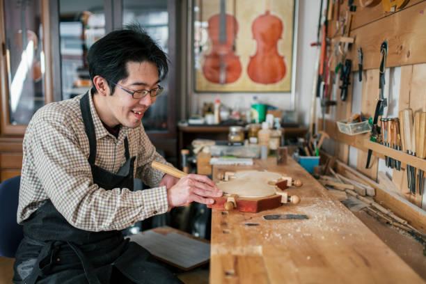 ヴァイオリンを彫刻職人 ストックフォト