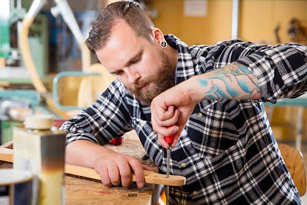 handwerker dateien hölzernen gitarre ausschnitt in workshops - baroque tattoo stock-fotos und bilder